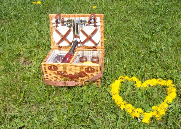 Kompozice svatebni dar kos. Náš vybavený proutěný piknikový koš ... 8b0e6c4eddf